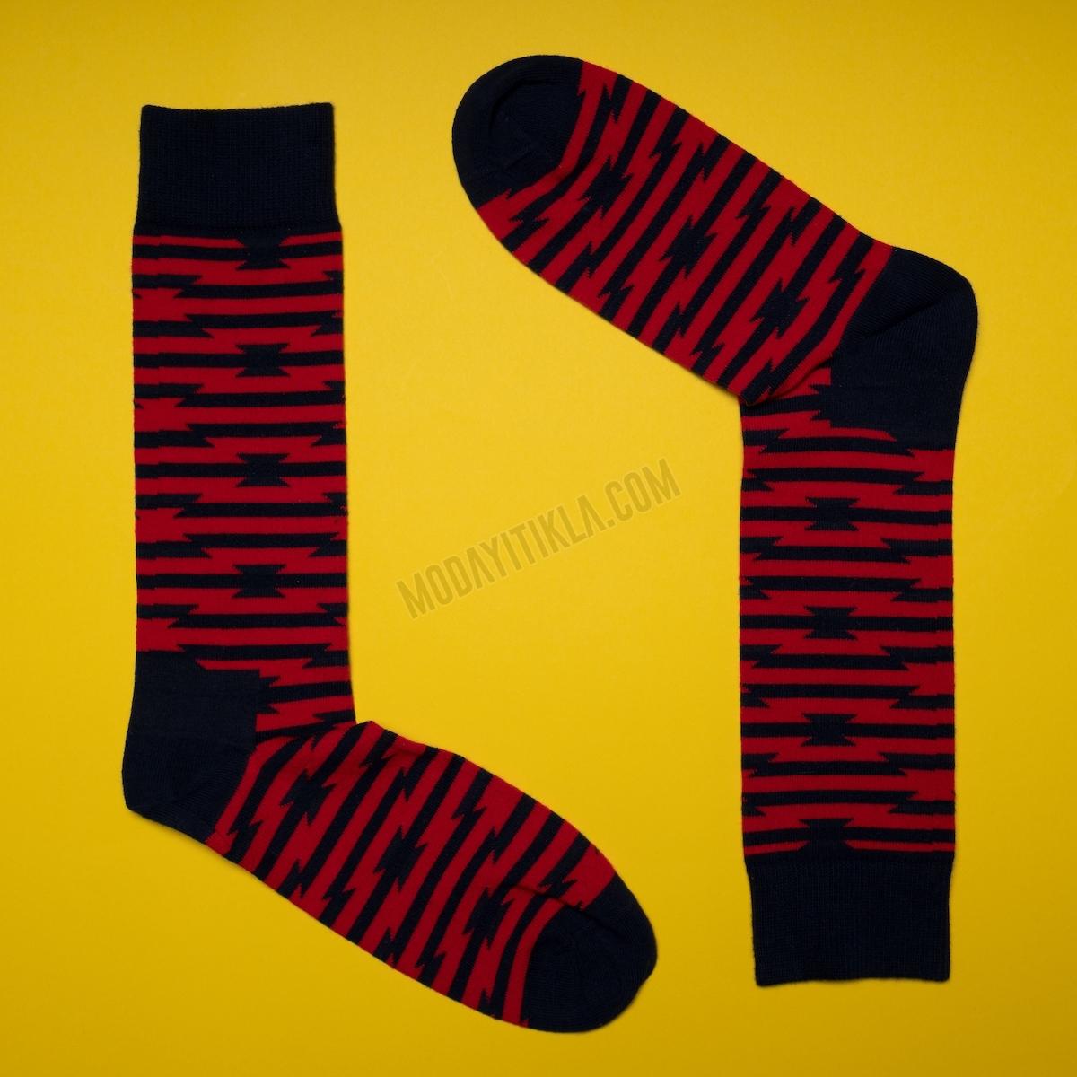 Erkek Kırmızı Şeritli Siyah Çorap